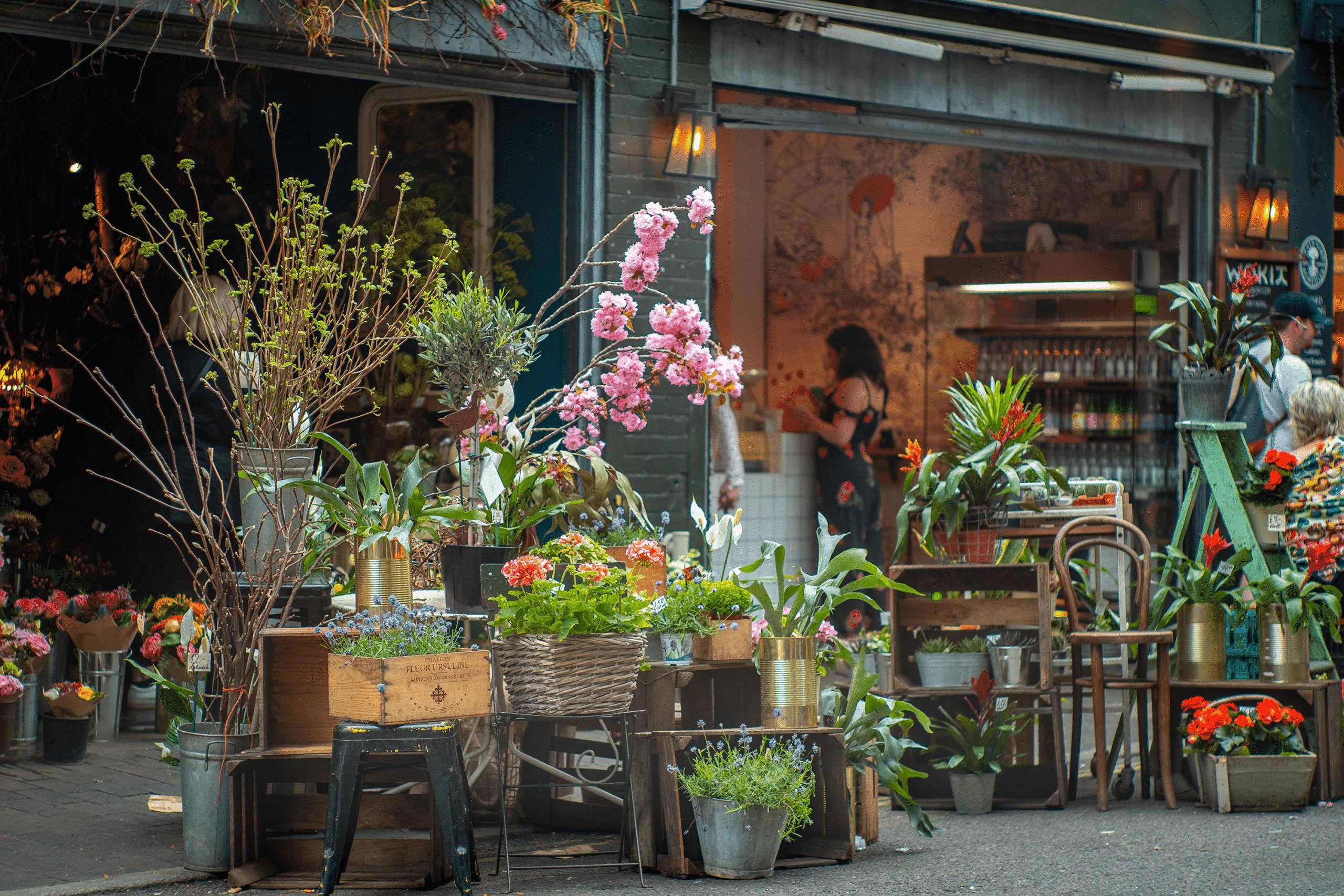Vue sur la devanture d'un magasin d'un fleuriste avec des fleurs devant la porte.