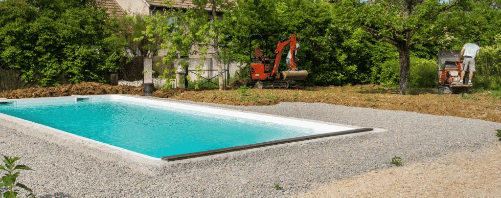 Vue sur un pisciniste entrain de construire une piscine.