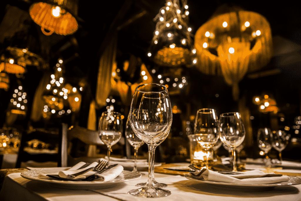 Vue sur la présentation d'une table de restaurant avec ses verres et assiettes dans un restaurant chic.