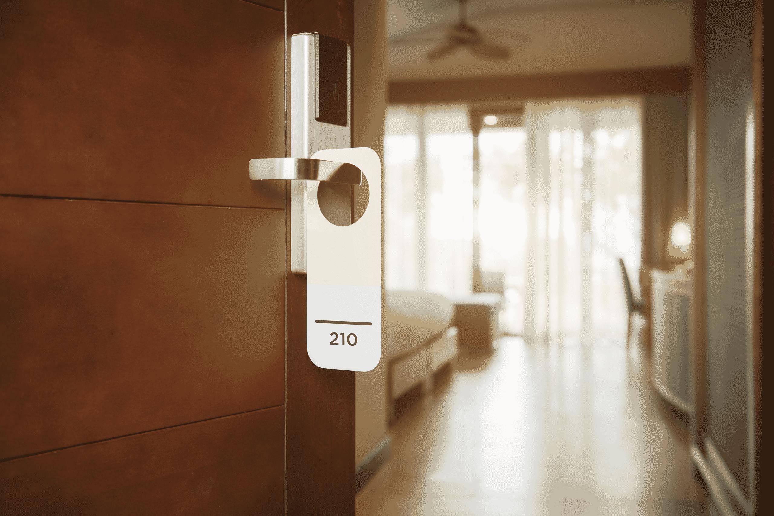 Vue sur l'entrée d'une chambre d'hôtel et son numéro de chambre.