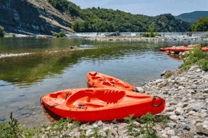 Vue sur une rivière avec un canoé en Ardèche