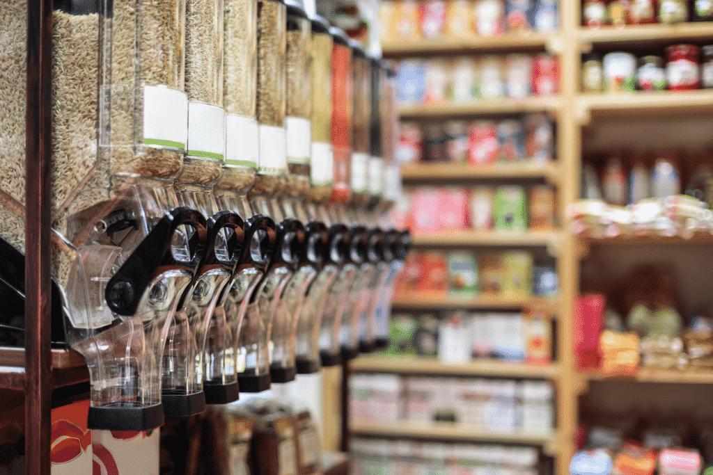 Vue sur des distributeurs d'aliments dans un magasin bio.