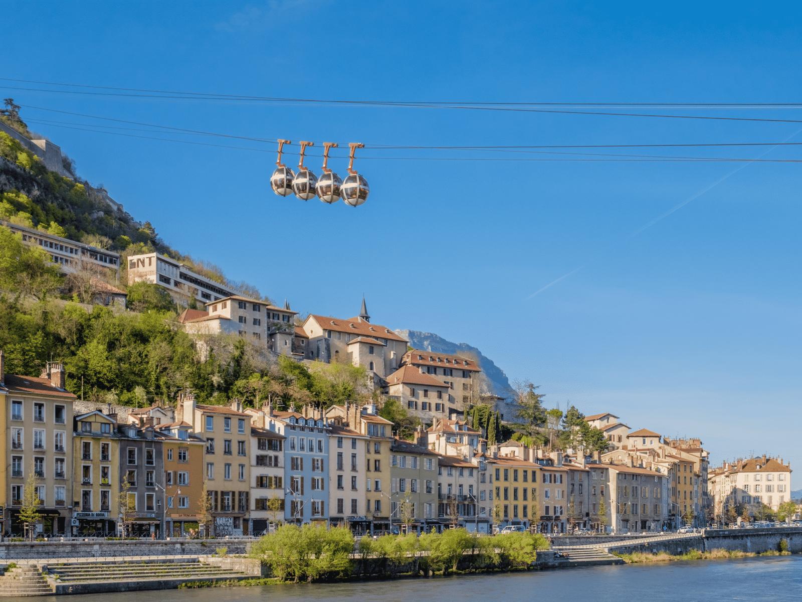 Les quais de l'Isère et les _bulles_ de Grenoble en Isère
