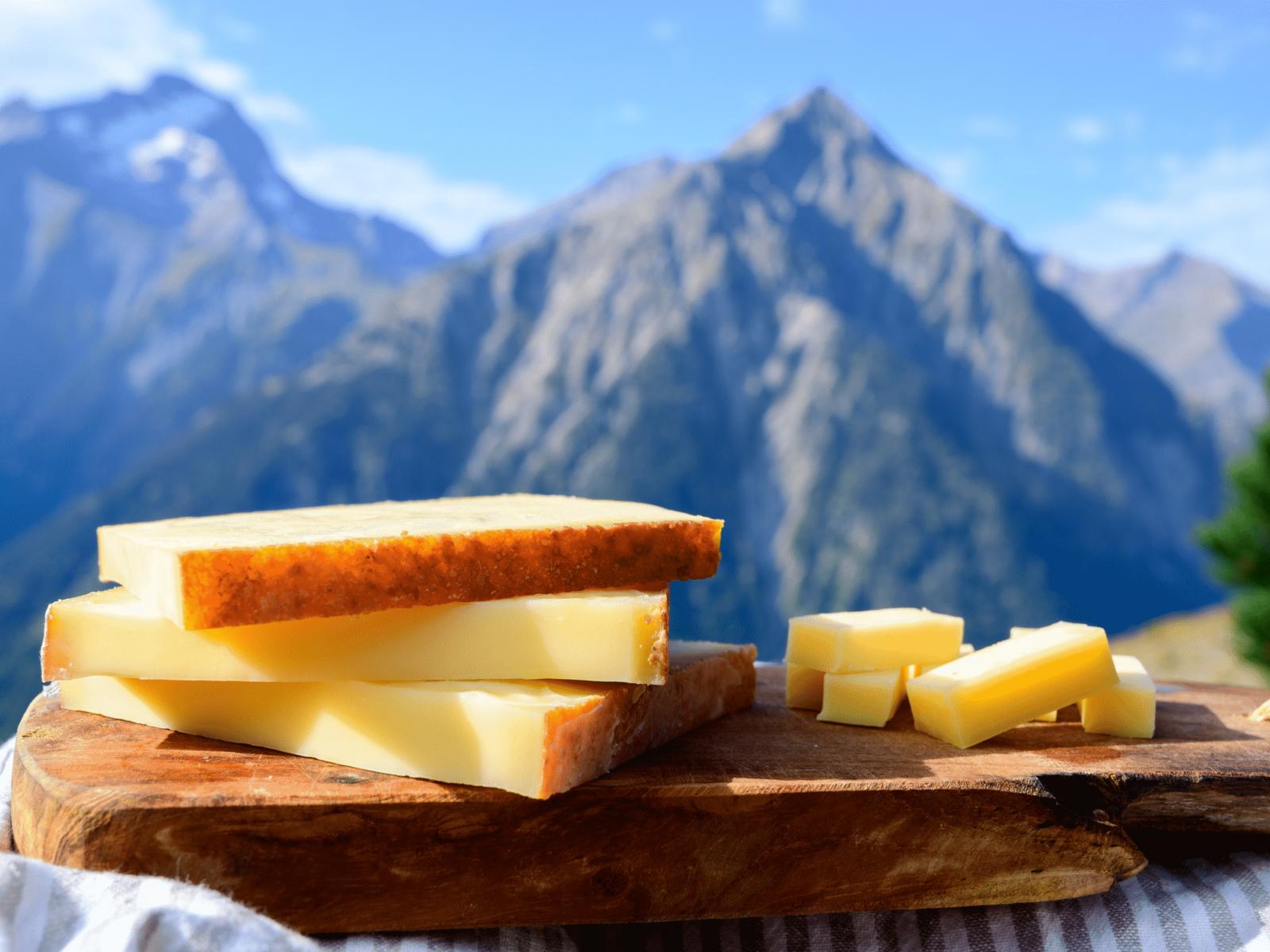 Vue sur un plateau de fromage avec en arrière plan les montagnes de Savoie.