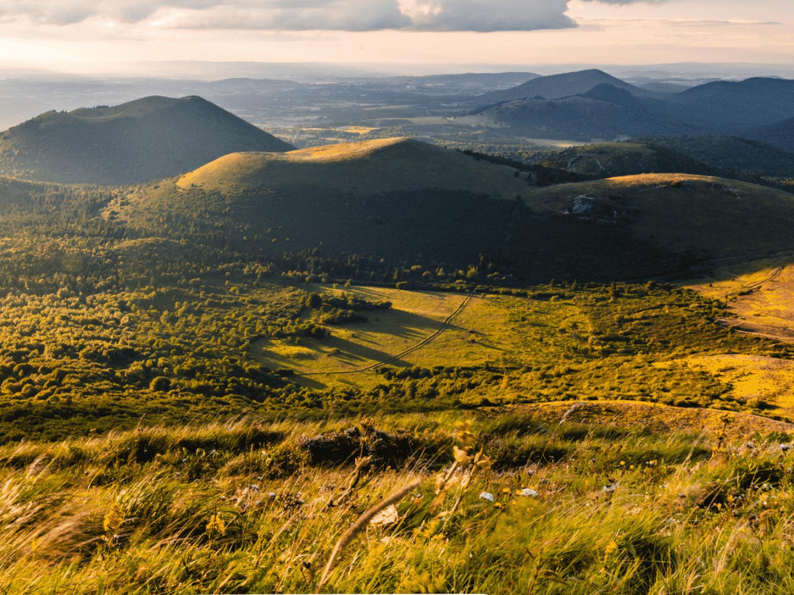 Vue sur la chaine des puy au levé du jour en Auvergne.