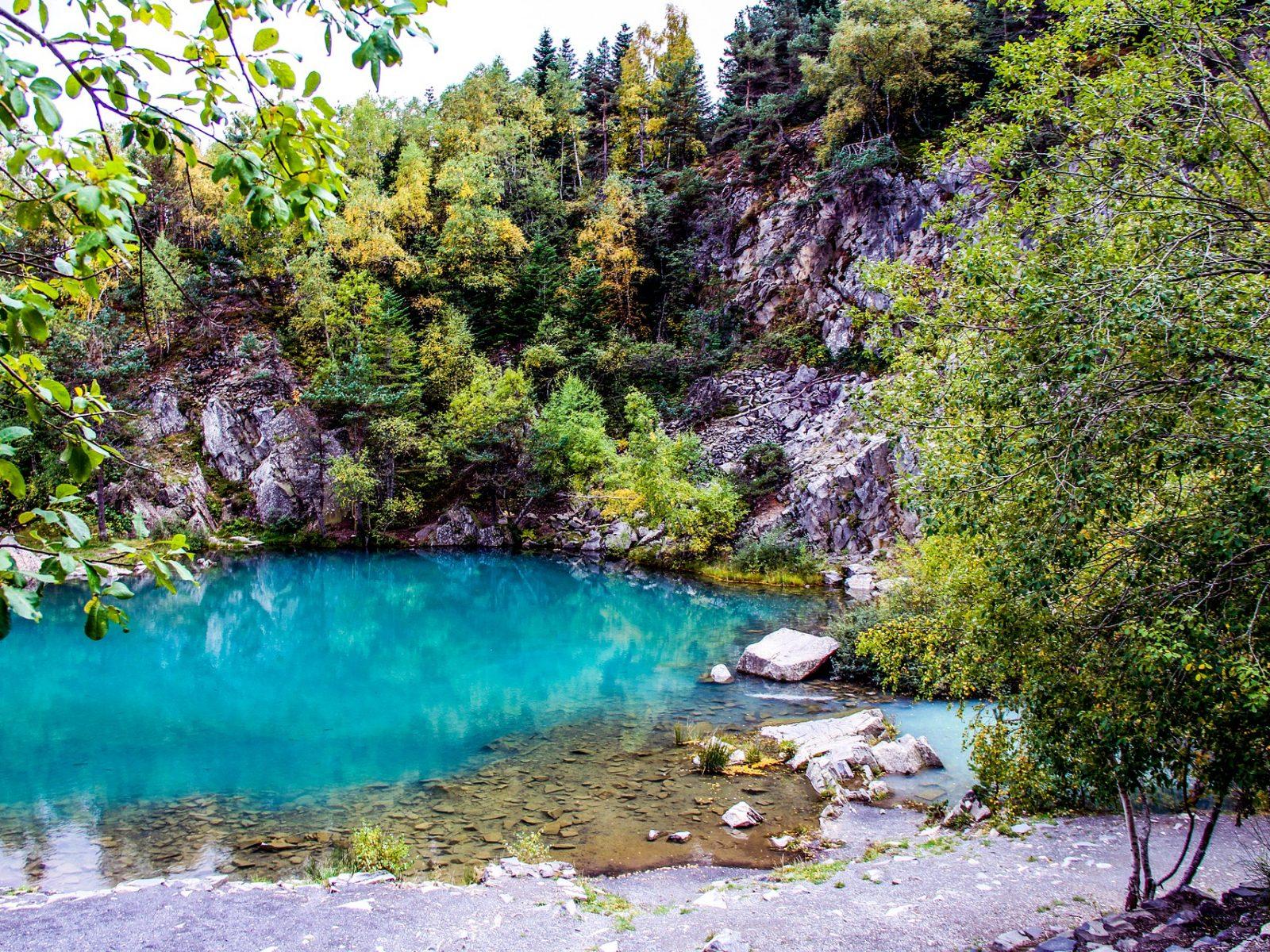 Vue sur un lac ou la couleur de l'eau est bleu turquoise.