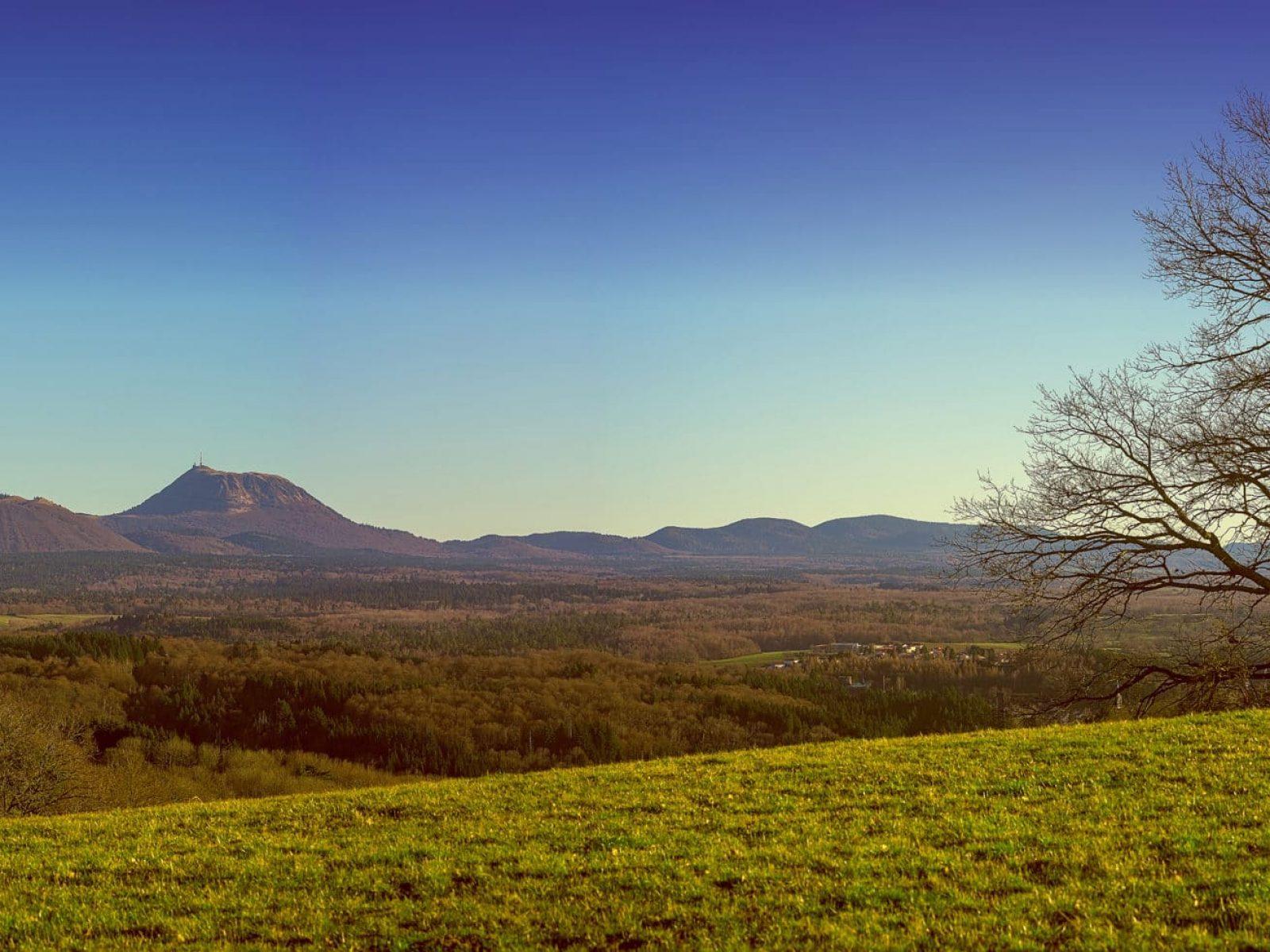 Vue sur la chaîne des Puys en Auvergne, avec le le puy de Dômes.